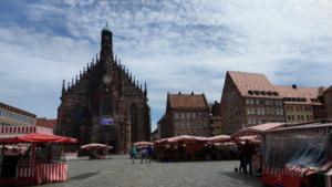 über den Hauptmarkt schauend Richtung FrauenkircheFrauenkirche