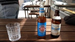 Eine Flasche Bier auf dem Tisch