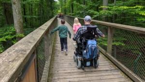 Rollstuhlfahrer auf dem Baumkronenweg